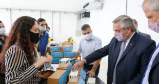 """Fernández visitó la Universidad de Hurlingham donde se producen los Medidores de CO2 """"Aire Nuevo"""""""
